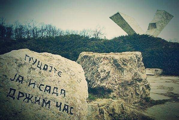 Sumarice-spomenik-Pucajte-ja-i-sada-drzim-cas